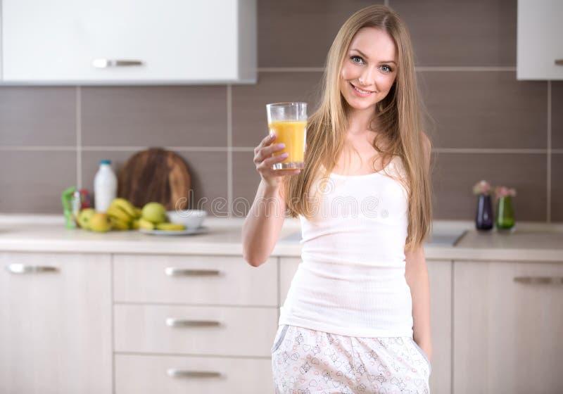 Donna con un vetro di succo immagini stock libere da diritti