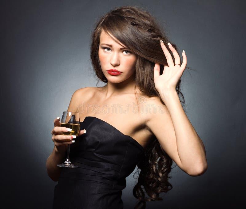 donna con un vetro di vino bianco fotografie stock libere da diritti