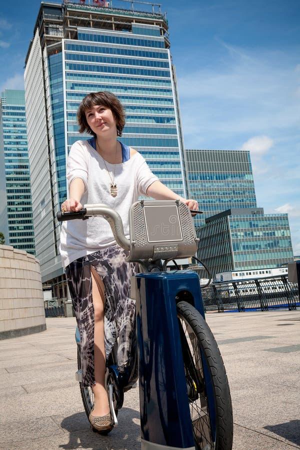 Donna con una bici di noleggio Londra, Inghilterra immagine stock libera da diritti