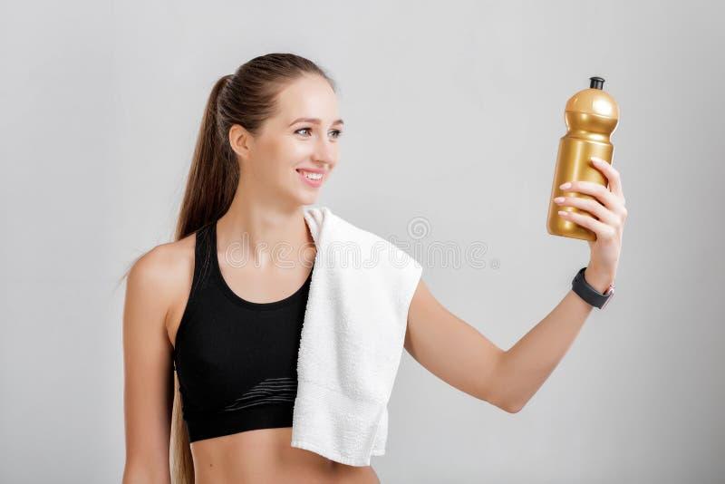 Donna con una bottiglia di acqua fotografia stock