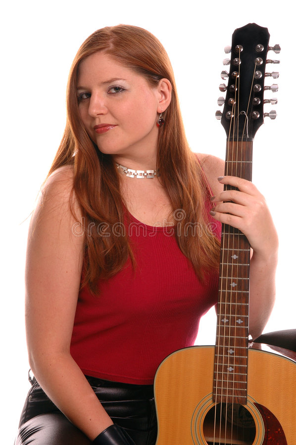 Donna con una chitarra acustica fotografie stock libere da diritti
