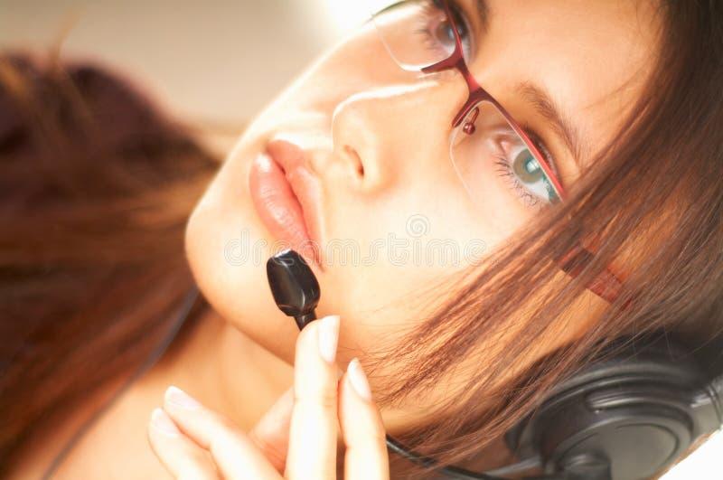 Donna con una cuffia avricolare fotografie stock libere da diritti