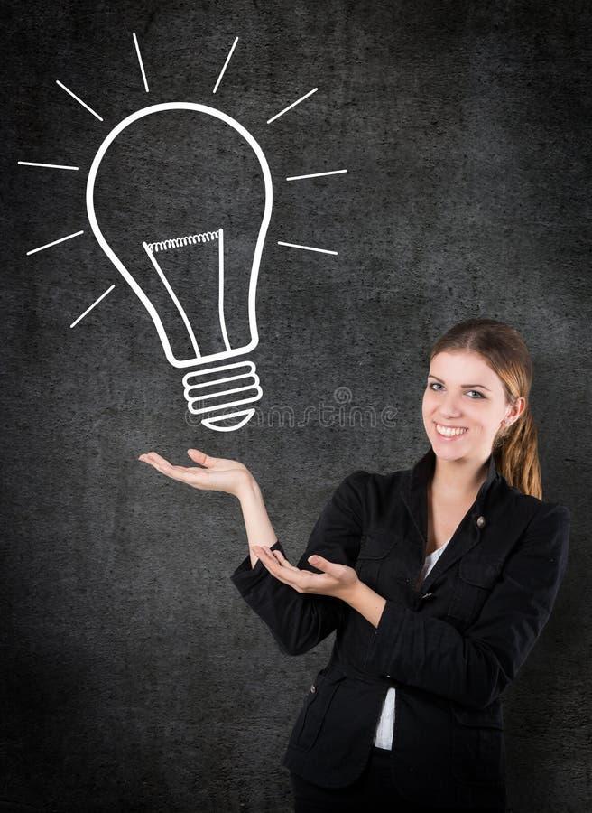 Donna con una lampadina fotografie stock libere da diritti