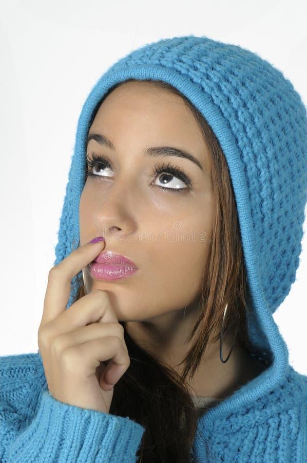 Donna con una protezione blu delle lane fotografia stock libera da diritti