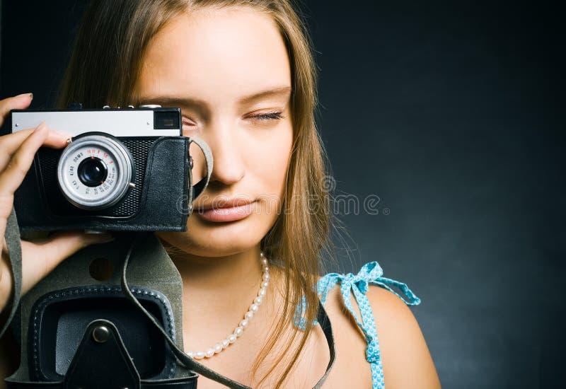 Donna con una retro macchina fotografica immagini stock
