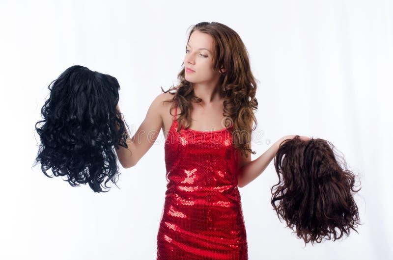 Donna con una selezione della parrucca immagini stock libere da diritti