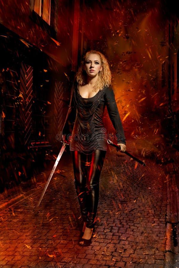 Donna con una spada fotografia stock libera da diritti