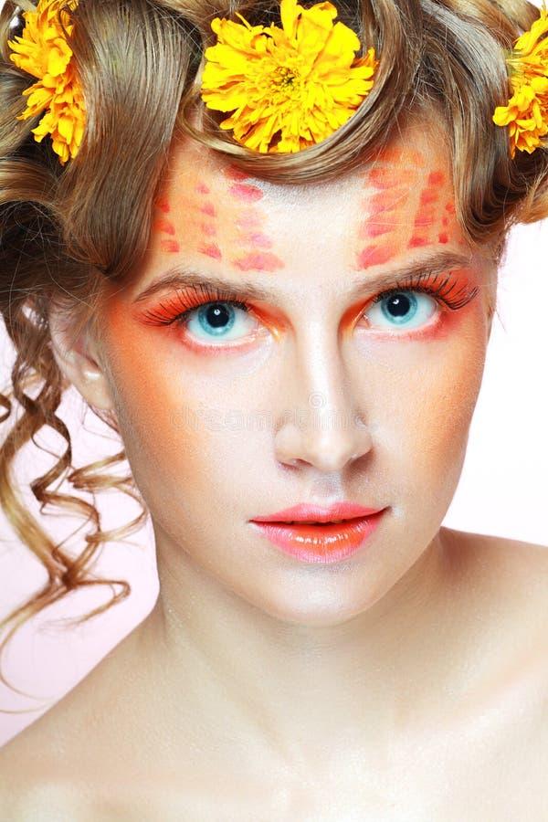 Donna con volto artistico arancio fotografie stock libere da diritti