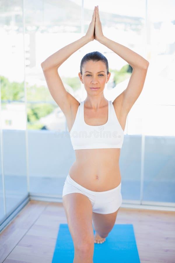 Donna concentrata nella posa di yoga immagini stock libere da diritti