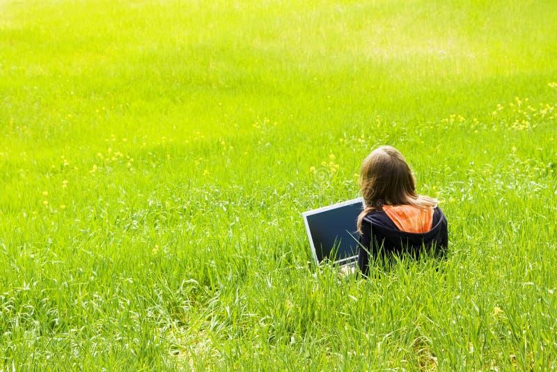 donna connessa dell'erba fotografie stock