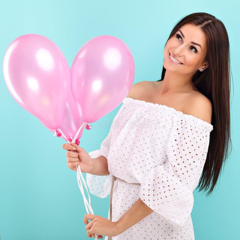 Donna contro il fondo blu della parete con i baloons fotografia stock libera da diritti