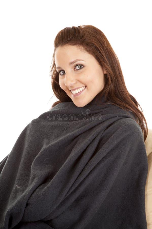 Donna in coperta con un sorriso fotografie stock libere da diritti