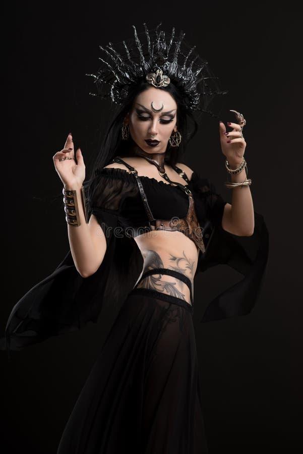 Donna in corona gotica dell'argento e del vestito immagini stock