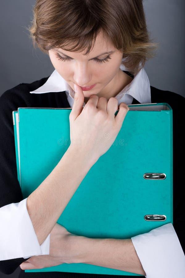 Donna corporativa con il dispositivo di piegatura fotografia stock libera da diritti