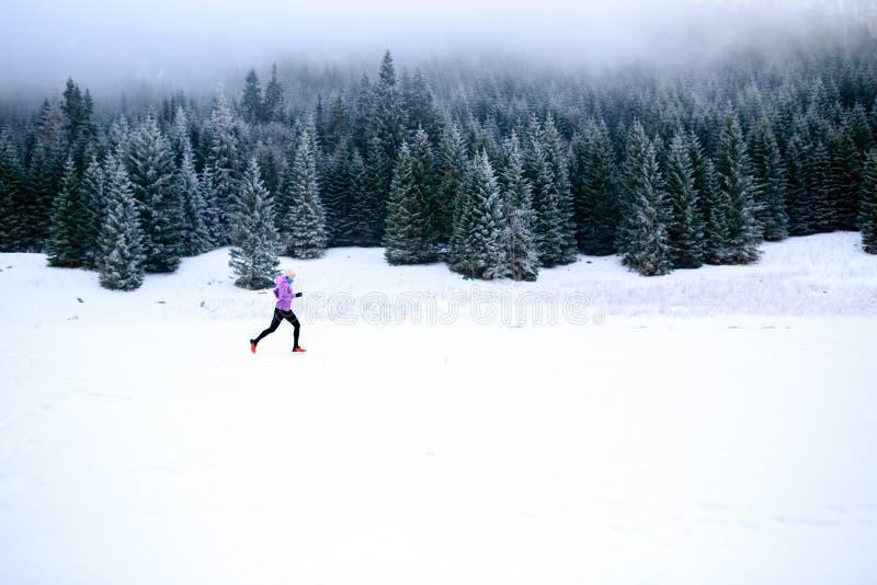 Donna corrente di inverno, ispirazione pareggiante e motivazione fotografie stock libere da diritti