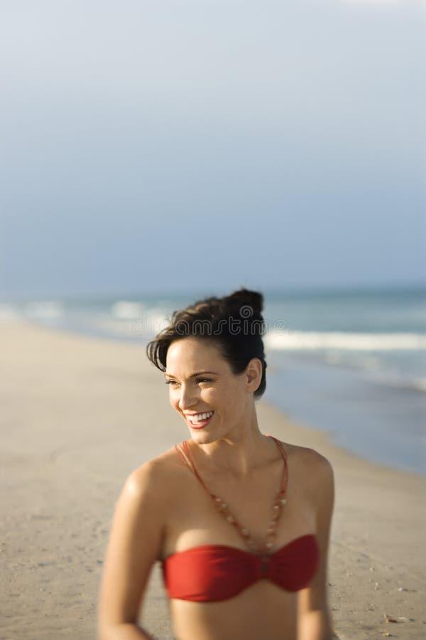 Donna in costume da bagno alla spiaggia. fotografia stock libera da diritti