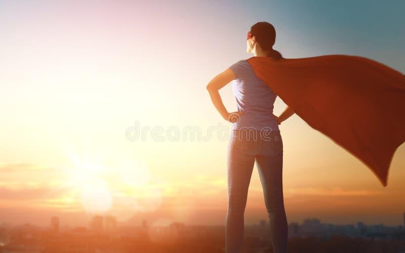 Donna in costume del supereroe fotografia stock libera da diritti