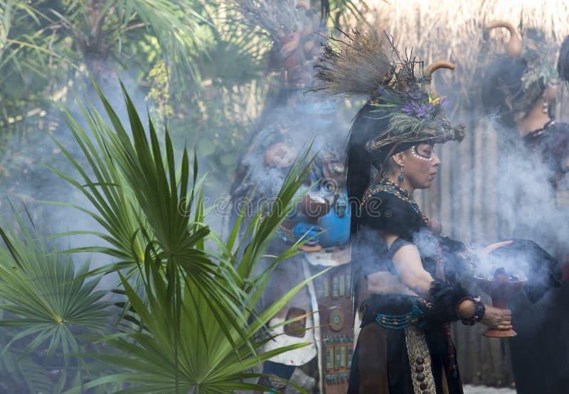Donna in costume dell'indiano di maya fotografie stock