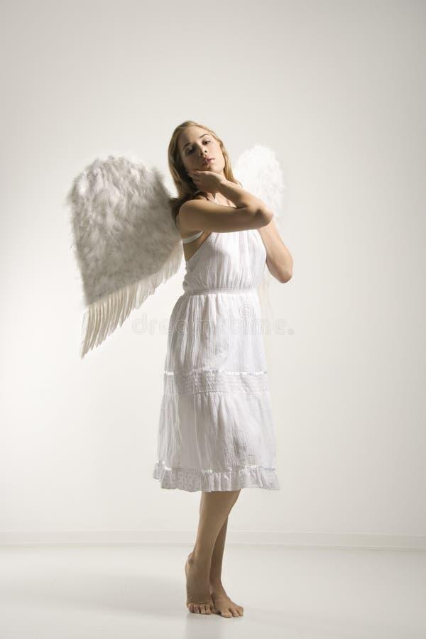 Donna in costume di angelo. fotografie stock