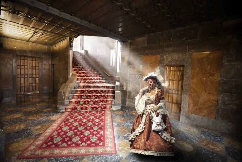 Donna in costume di epoca in appartamento del XIX secolo immagine stock libera da diritti
