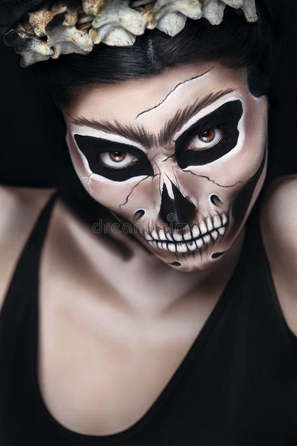 Donna in costume di Halloween di Frida Kahlo Trucco del cranio o dello scheletro fotografie stock libere da diritti