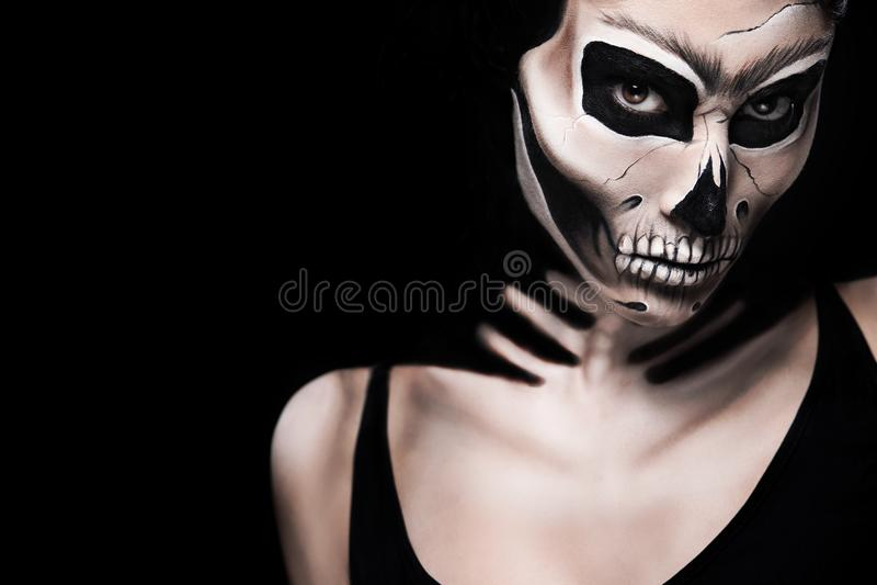 Donna in costume di Halloween di Frida Kahlo Trucco del cranio o dello scheletro fotografia stock libera da diritti