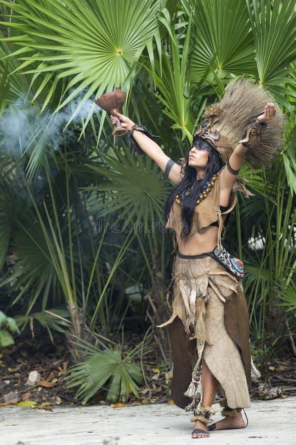 Donna in costume indiano di maya in Tulum, Messico fotografia stock libera da diritti