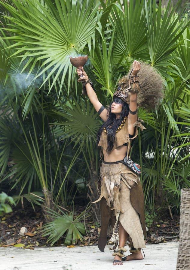 Donna in costume indiano di maya in Tulum, Messico immagine stock