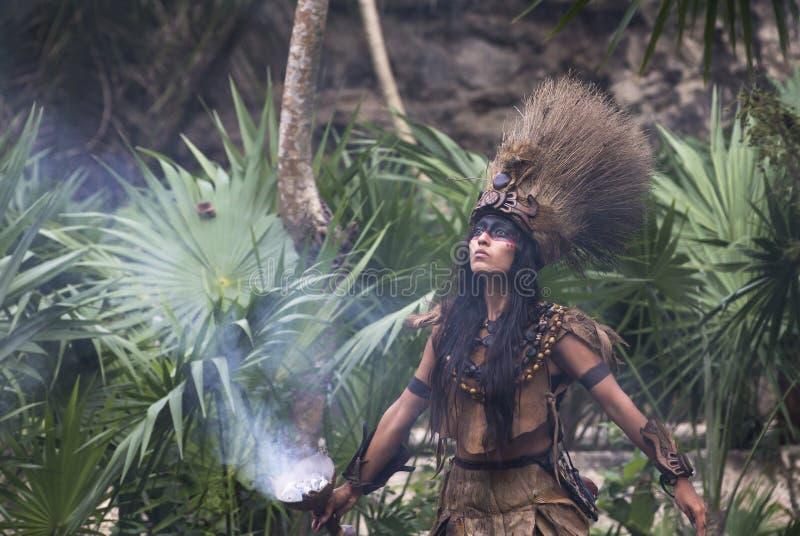 Donna in costume indiano di maya in Tulum, Messico fotografia stock