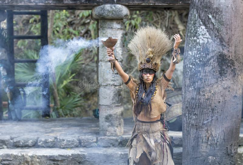 Donna in costume indiano di maya in Tulum, Messico fotografie stock libere da diritti