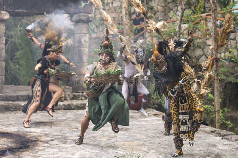 Donna in costume indiano di maya in Tulum, Messico immagini stock libere da diritti