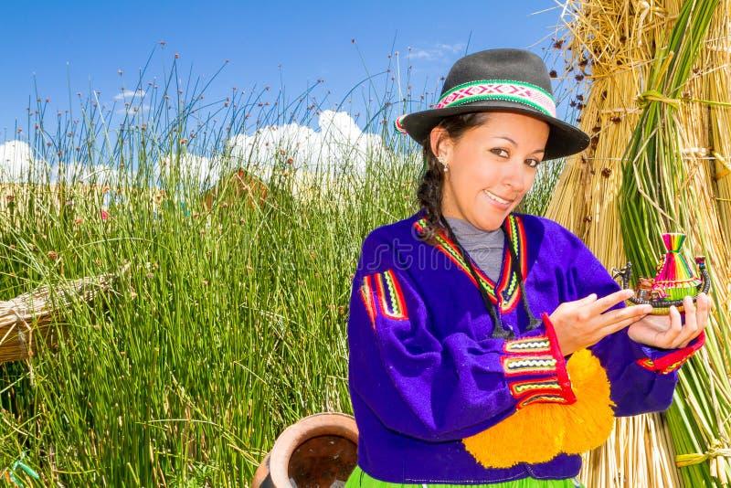 Donna, in costume indiano sull'isola Perù di Uros fotografie stock