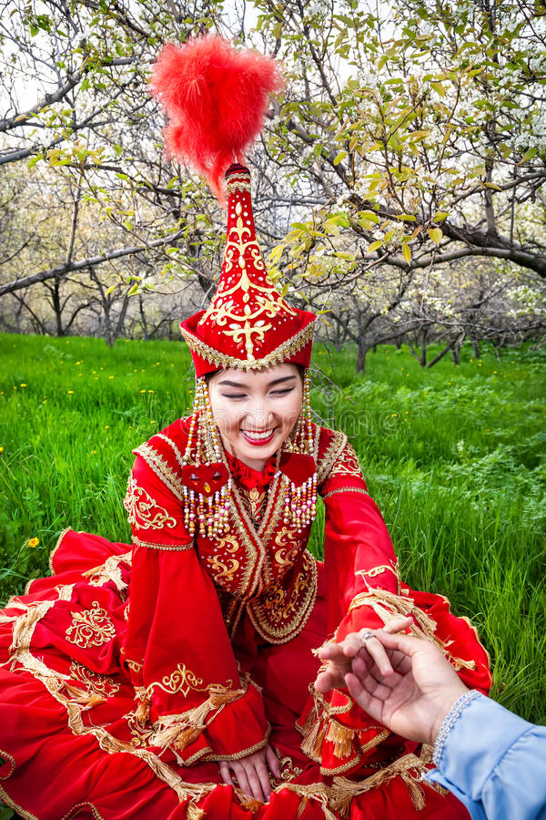 Donna in costume kazako con la fede nuziale immagini stock