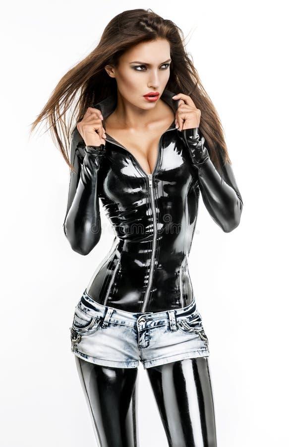 Donna in costume nero del feticcio immagini stock