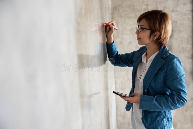 Donna creativa che attinge la parete fotografia stock libera da diritti
