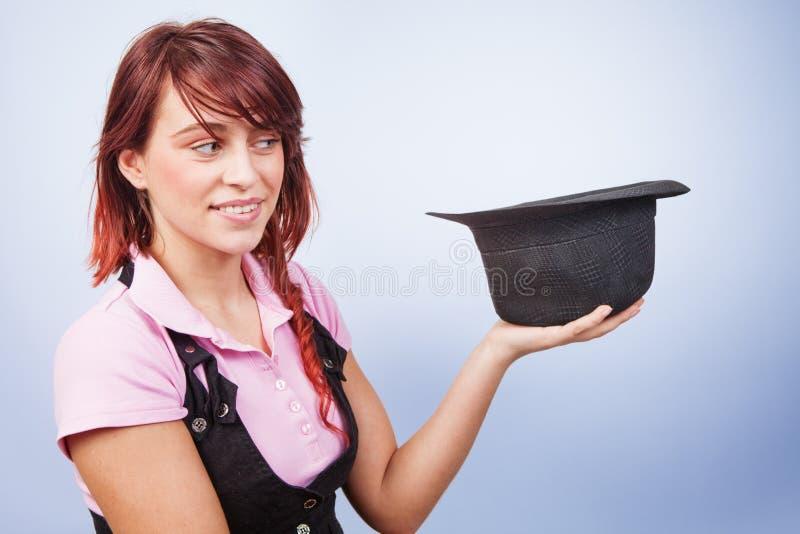 Donna creativa del mago che tiene un cappello di sorpresa immagine stock