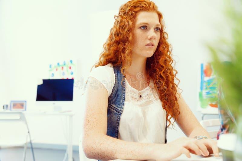 Donna creativa di affari in ufficio fotografia stock libera da diritti
