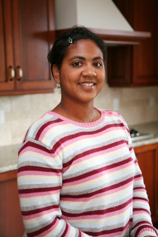 Donna in cucina immagini stock libere da diritti