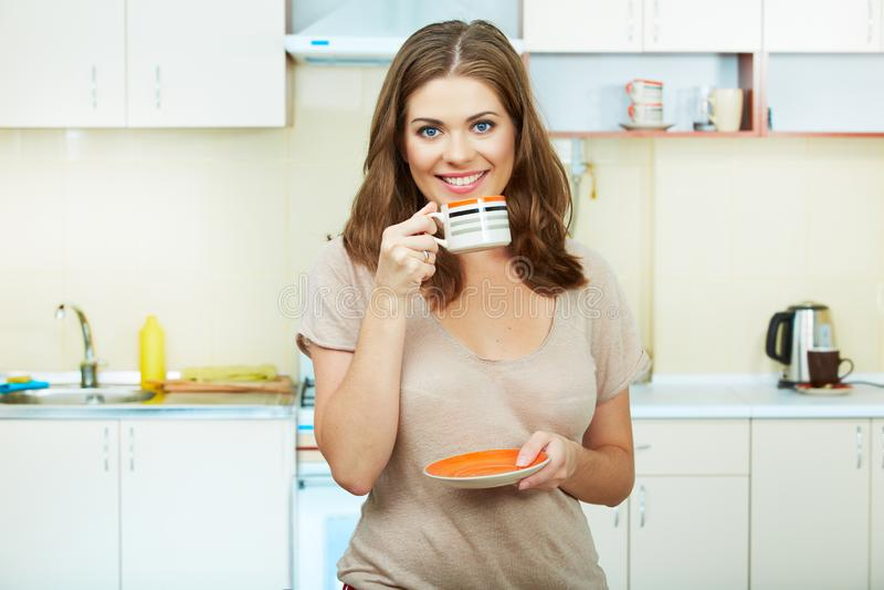 Donna in cucina fotografia stock libera da diritti