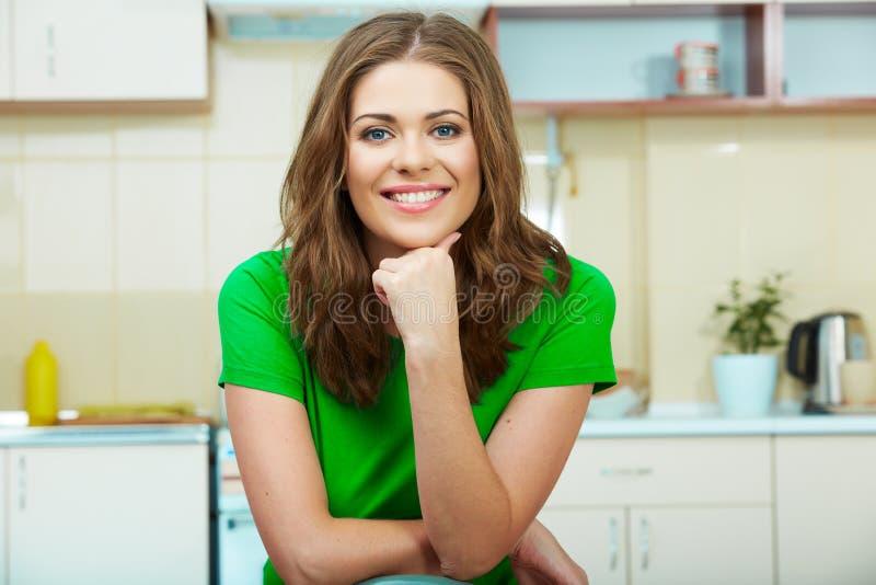 Donna in cucina immagine stock