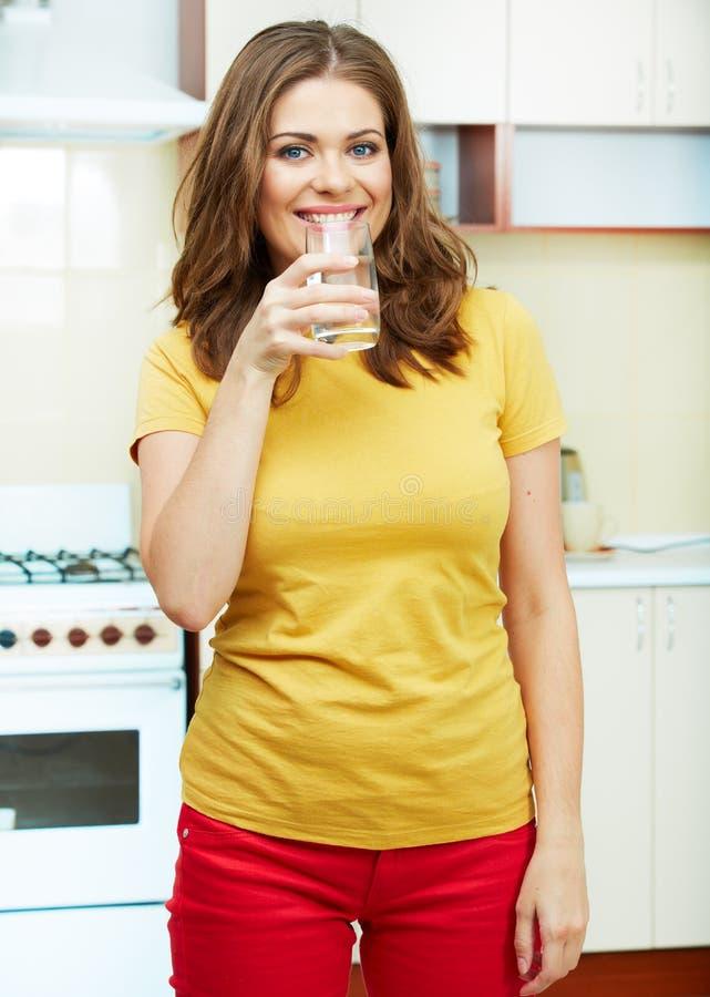 Donna in cucina fotografie stock libere da diritti