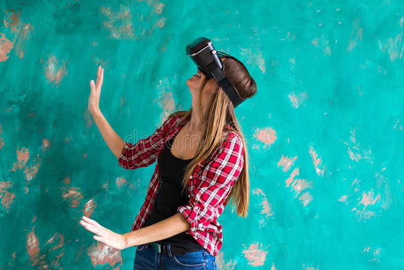 Donna in cuffia avricolare di realtà virtuale che gode della sua esperienza fotografie stock libere da diritti