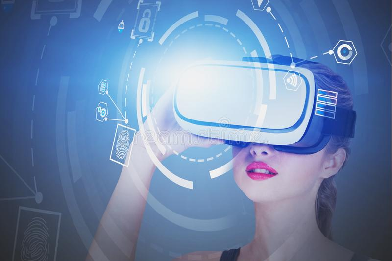 Donna in cuffia avricolare di VR, interfaccia di affari di HUD fotografie stock