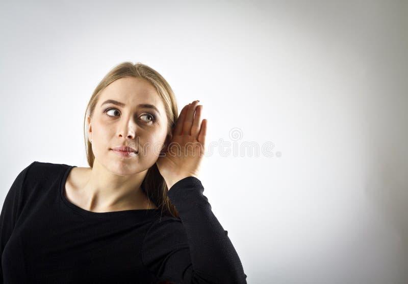 Donna curiosa nel nero fotografie stock