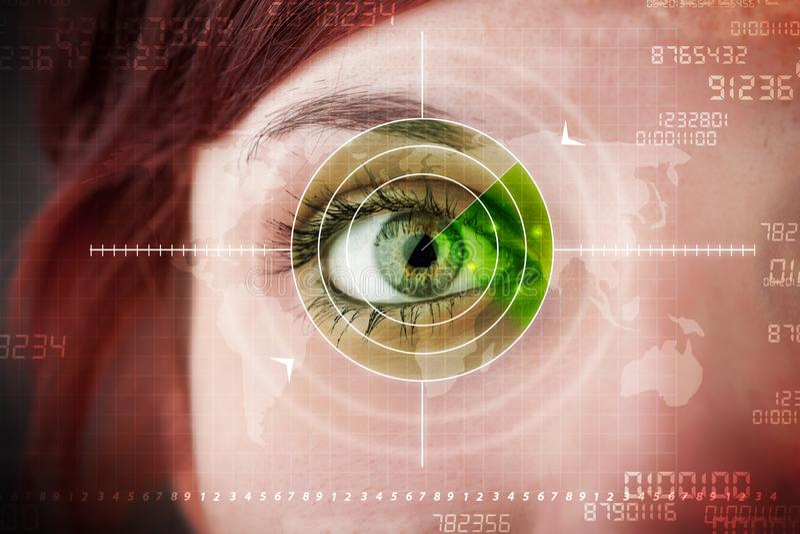Donna cyber con l'occhio militare moderno dell'obiettivo fotografie stock libere da diritti