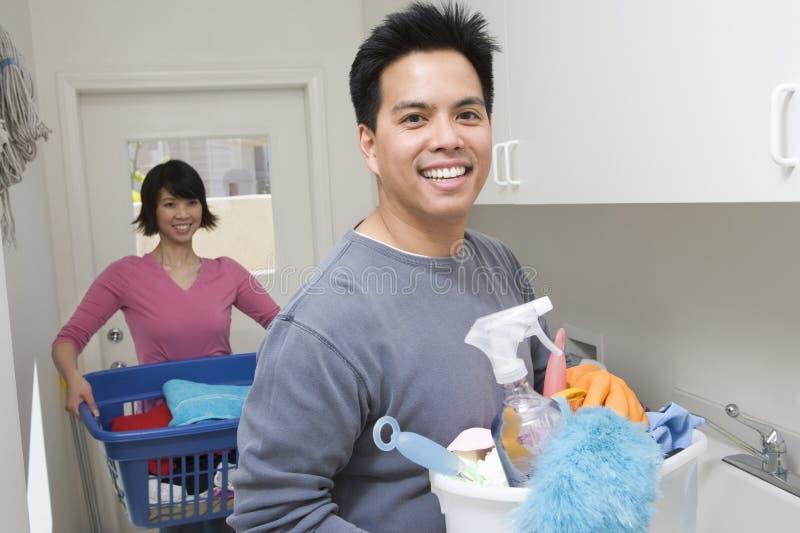 Donna d'aiuto dell'uomo sul lavoro della famiglia immagini stock libere da diritti