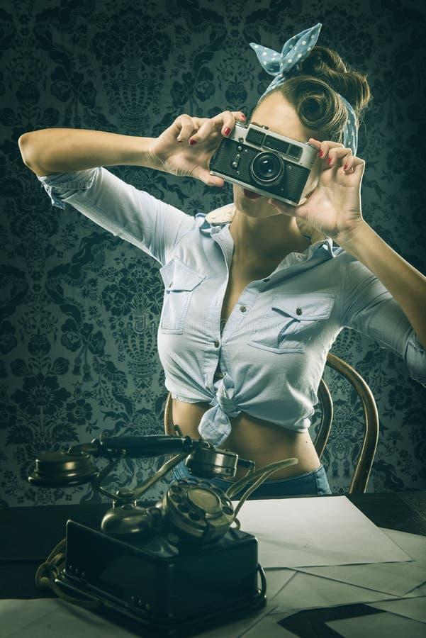 Donna d'annata in vestito antiquato, tenente vecchia macchina fotografica immagini stock libere da diritti