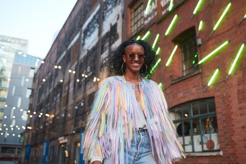 Donna d'avanguardia in camisole a strisce e rivestimento guarnito immagini stock libere da diritti
