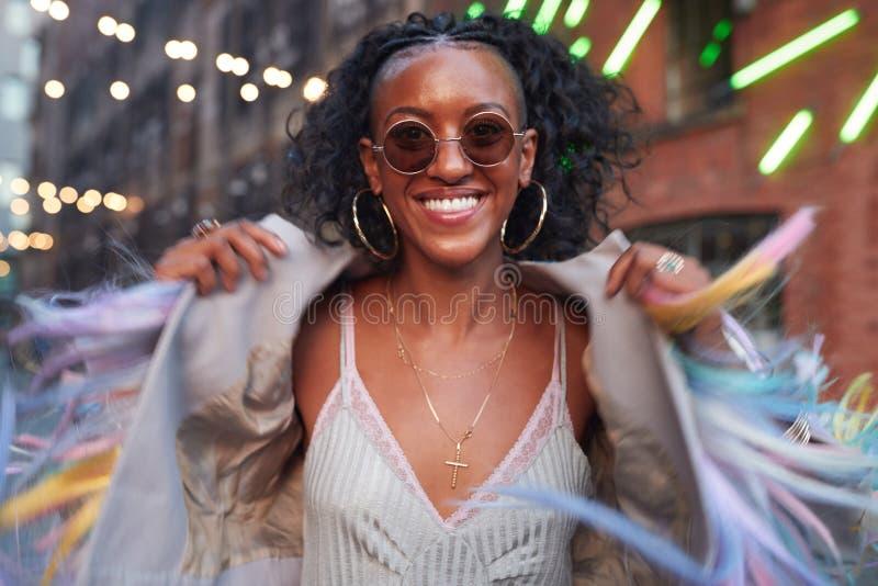 Donna d'avanguardia in camisole a strisce e rivestimento guarnito fotografia stock libera da diritti