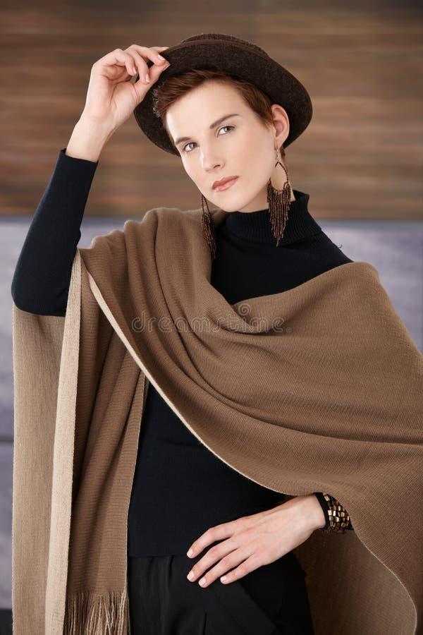 Donna d'avanguardia con l'accessorio alla moda immagine stock libera da diritti